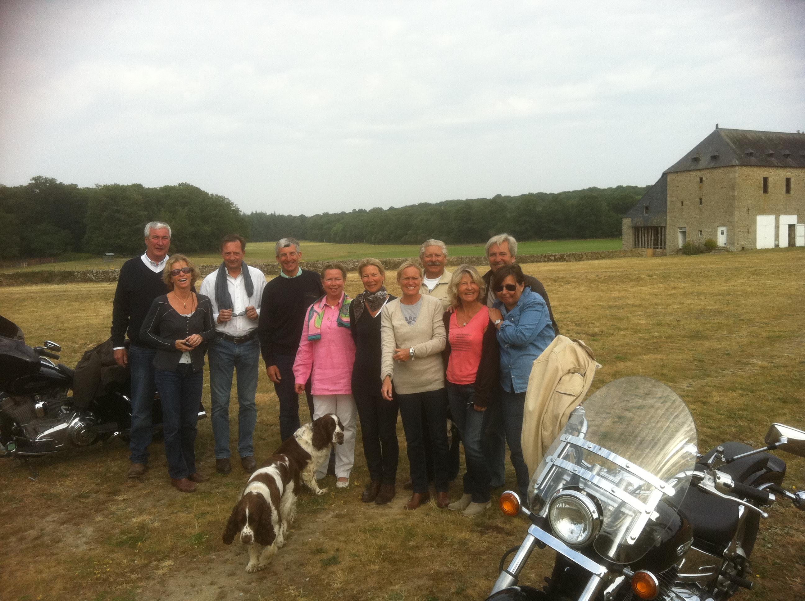 Groupe de bikers en visite au château de Bourgon le 4 juin 2011