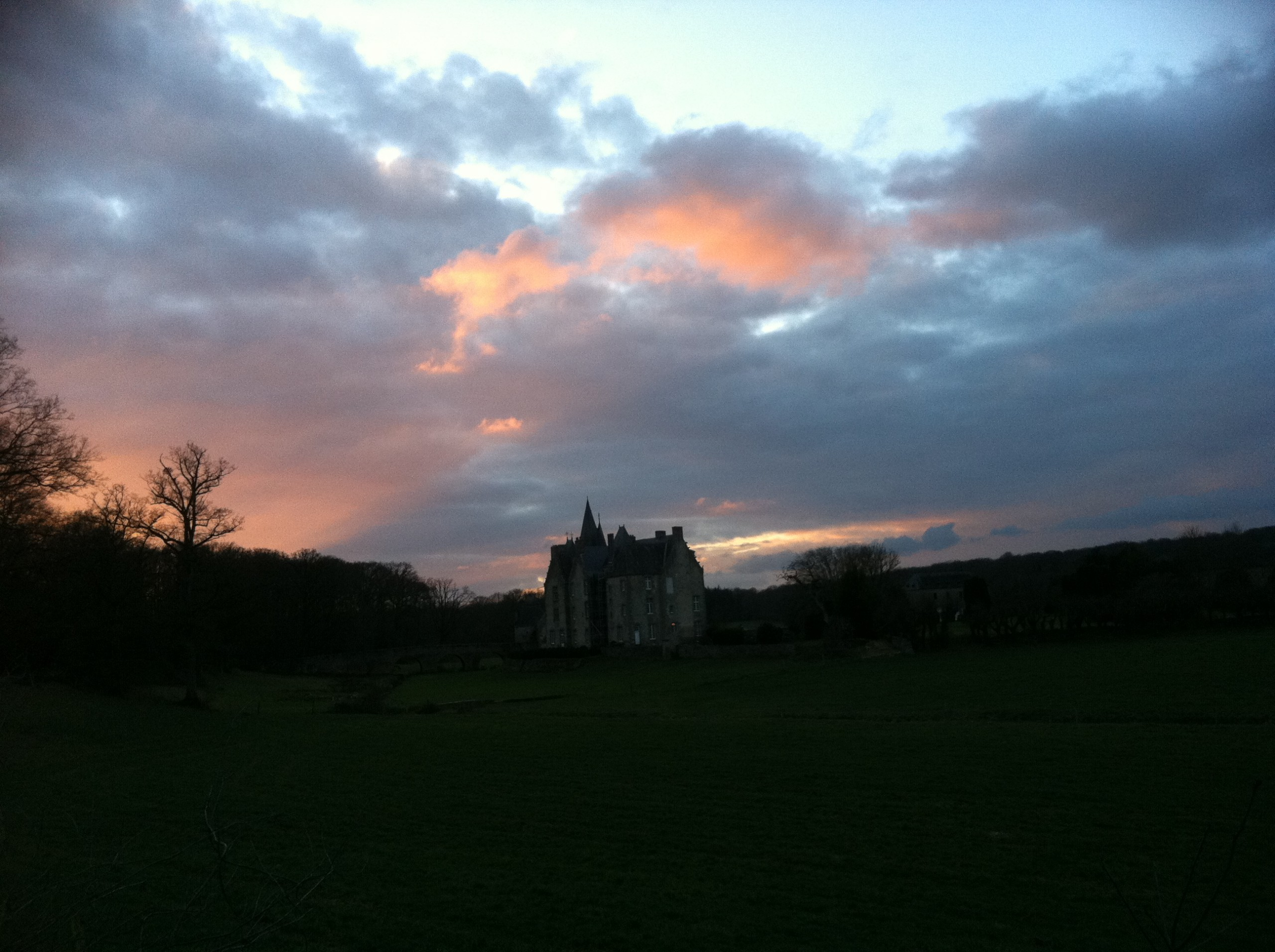 Le château de Bourgon entre chiens et loups