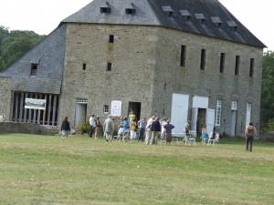 Visiteurs sur l'esplanade, près des communs