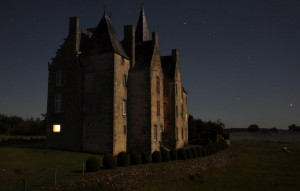Bourgon et son ciel étoilé par nuit de pleine lune